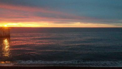 Imágenes nocturnas de la costanera de Caleta Olivia.